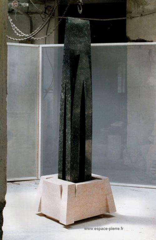 Tour en pierre noire sur socle - art sculpture en pierre
