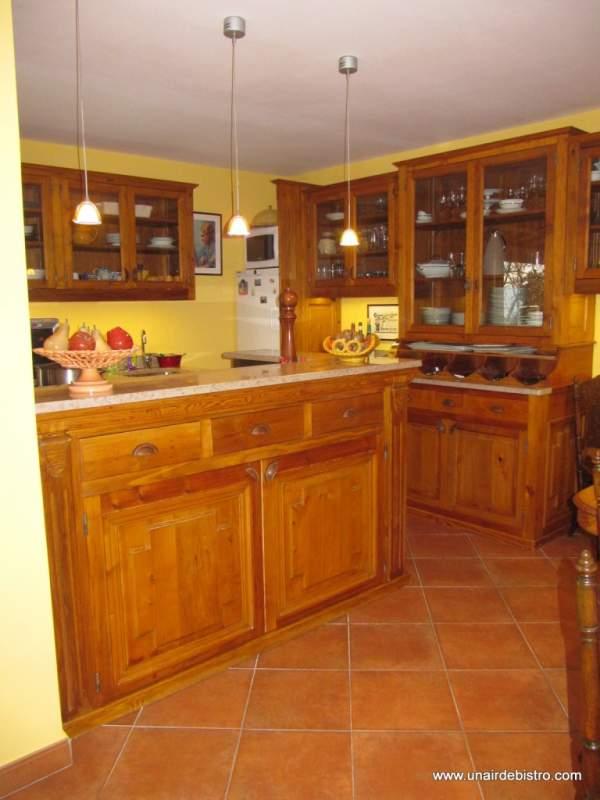 Ilot central de cuisne, face avant (2 portes en rangement et 3 tiroirs.